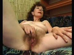 Loose mama teases her swollen clit with fingers